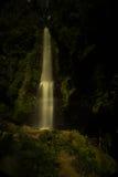 瀑布和彩虹- Munduk巴厘岛印度尼西亚 免版税库存照片