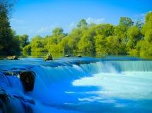 瀑布和树在一个晴天1 免版税图库摄影