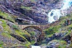 瀑布和桥梁在Trollstigen 库存图片