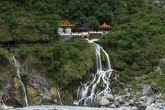 瀑布和永恒春天寺庙在Taroko,台湾 图库摄影