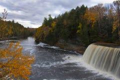 瀑布和河在秋天 免版税库存照片