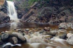 瀑布和河岩石 库存照片
