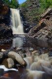 瀑布和河岩石 免版税库存图片