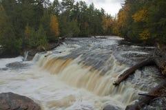 瀑布和河急流在秋天 免版税图库摄影