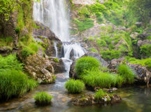 瀑布和河本质上 库存图片