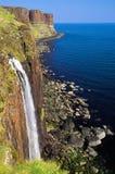 瀑布和海岸线在苏格兰男用短裙晃动,斯凯岛,苏格兰小岛  免版税库存照片