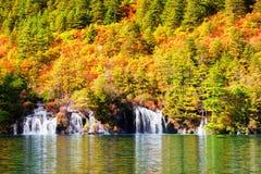 瀑布和湖惊人的看法用透明的水 库存照片