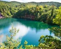 瀑布和湖用透明鲜绿色水 免版税图库摄影