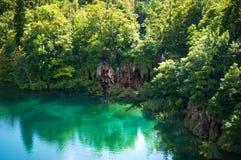 瀑布和湖用透明鲜绿色水 库存照片