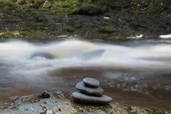 瀑布和禅宗石头 免版税库存照片
