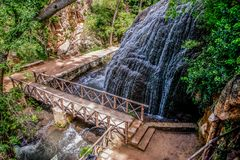 瀑布和纪念碑在河和好的森林 库存图片