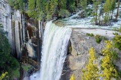 瀑布和美好的岩层 库存照片