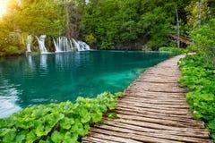 瀑布和路在Plitvice国家公园,克罗地亚 免版税库存照片
