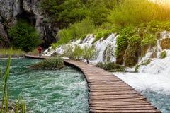 瀑布和路在Plitvice国家公园,克罗地亚 免版税库存图片