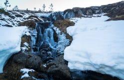 瀑布和雪 免版税库存照片