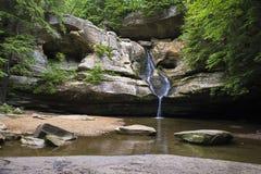 瀑布和洞、岩石和树, 免版税库存图片