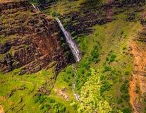 瀑布和绿色风景,考艾岛空中风景视图  库存图片