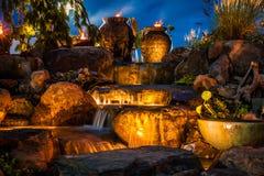 瀑布喷泉风景在晚上 库存图片