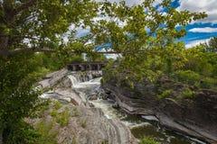 瀑布在一座桥梁下在渥太华 库存图片
