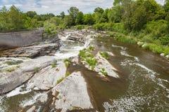瀑布在一座桥梁下在渥太华 免版税库存照片