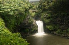 瀑布在七个神圣的水池毛伊的路桥梁下 库存图片
