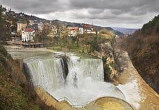 瀑布在亚伊采 达成协议波斯尼亚夹子色的greyed黑塞哥维那包括专业的区区映射路径替补被遮蔽的状态周围的领土对都市植被 库存照片