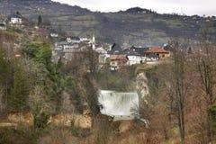 瀑布在亚伊采 达成协议波斯尼亚夹子色的greyed黑塞哥维那包括专业的区区映射路径替补被遮蔽的状态周围的领土对都市植被 库存图片