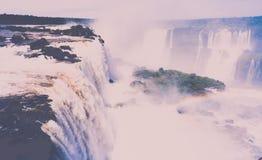 瀑布在伊瓜苏河,巴西的Cataratas del伊瓜苏 免版税库存照片