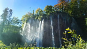 瀑布在克罗地亚在一个晴天 股票视频