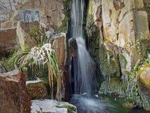 瀑布在冬天在中国庭院里 库存照片