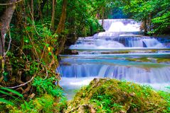 瀑布在北碧的,泰国森林里 图库摄影
