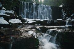 瀑布在卡尔帕奇在冬天 库存图片