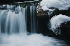 瀑布在卡尔帕奇在冬天 免版税库存图片