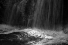 瀑布在夜、后面和白色的森林里 库存图片