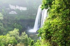 瀑布在密林 库存照片
