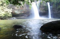 瀑布在密林 免版税图库摄影