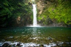 瀑布在山峡谷,菲律宾 免版税库存照片