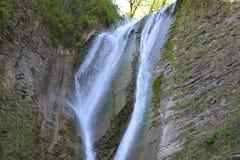 瀑布在山峡谷 库存图片
