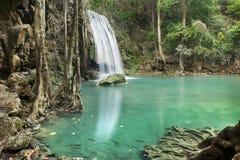 瀑布在山的深森林里 免版税库存照片