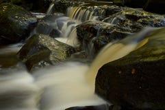瀑布在德贝郡峰顶区 库存图片