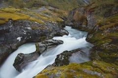 瀑布在斯堪的纳维亚山的自然风景 免版税库存图片