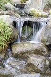 瀑布在日本庭院里 免版税库存照片