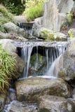 瀑布在日本庭院里 库存图片