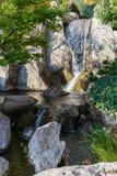 瀑布在日本庭院,蒙地卡罗里 库存照片