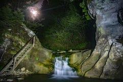 瀑布在晚上 库存图片