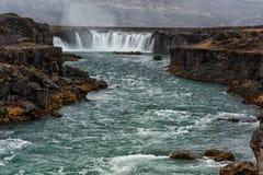 瀑布在有河的冰岛和Moutain在背景中 库存图片