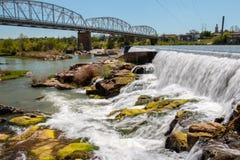 瀑布在桥梁下在亚诺得克萨斯 免版税库存图片