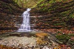 瀑布在森林在秋天, Monte Cucco NP,翁布里亚,意大利里 库存照片