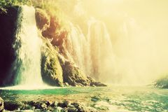 瀑布在森林透明的水中 葡萄酒 库存照片