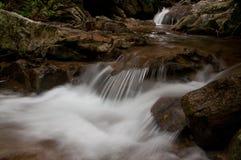 瀑布在森林里,在泰国北部 免版税库存照片